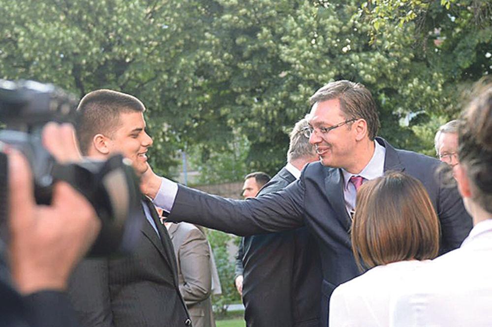 U CENTRU PAŽNJE: Vučić pomazio Šešeljevog sina