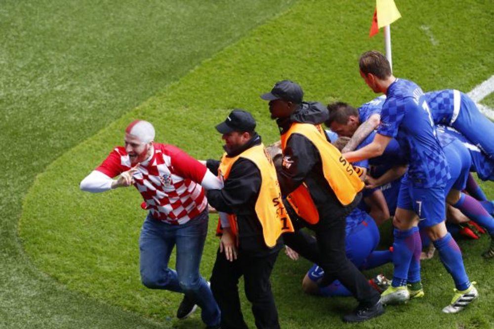 (VIDEO) OBEZBEĐENJE GA IZNELO SA STADIONA: Pogledajte kako je hrvatski navijač upao na teren