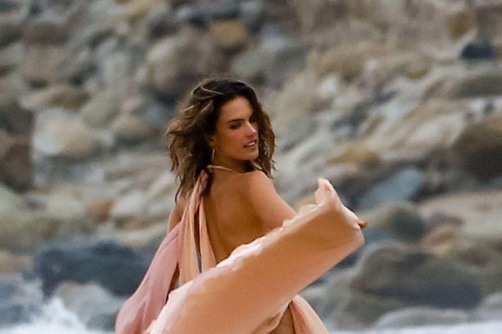 VETAR POBEDIO ALESANDRU AMBROSIO: Manekenka na plaži otkrila više nego što je htela