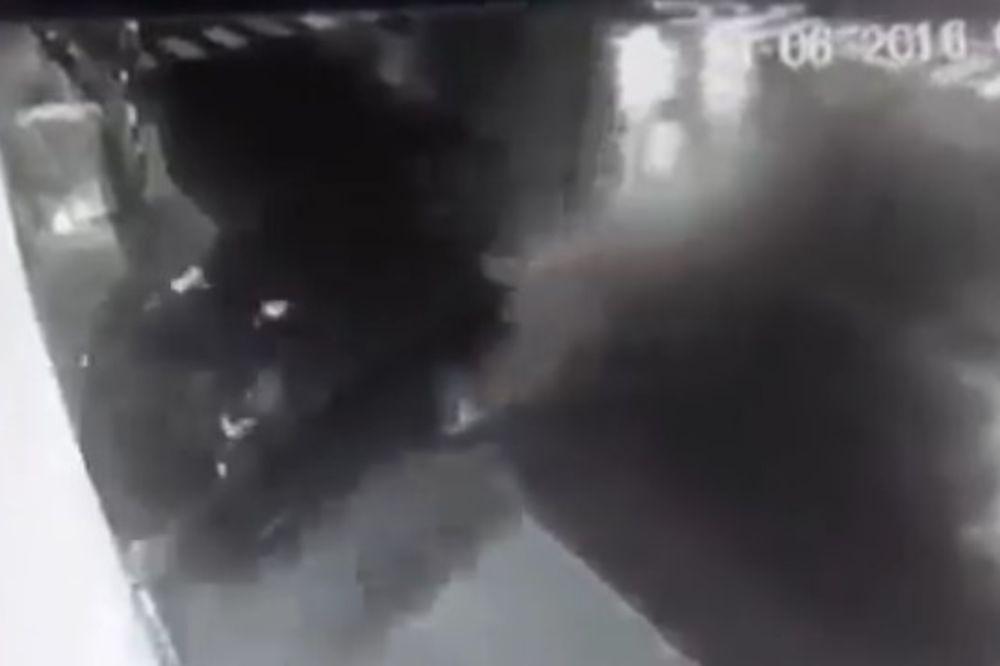 (UZNEMIRUJUĆI SNIMAK) JEZIVA SMRT U OBRENOVCU: Zakucao se u zid, dečak (15) poginuo!