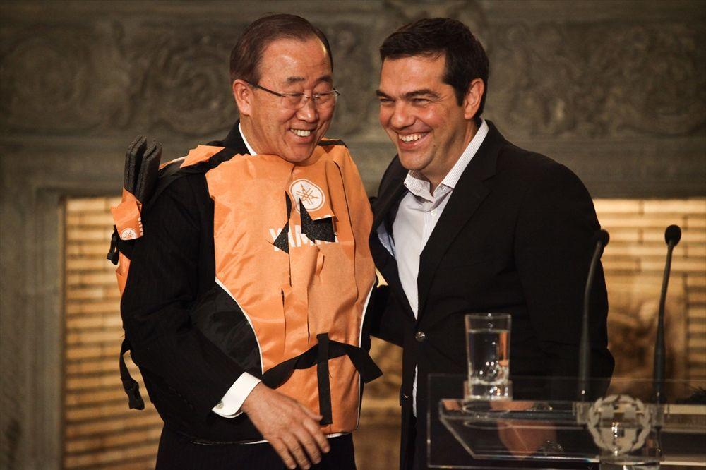 SIMBOLIČAN POKLON: Cipras poklonio Ban Ki-munu prsluk za spasavanje, on ga obukao naopako