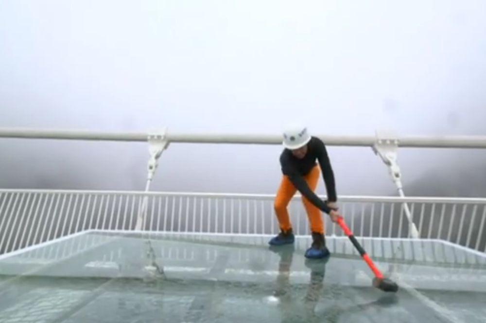 (VIDEO) HRABAR I LUD, 2 BRATA: Novinar razbijao stakleni most na visini od 300 metara!