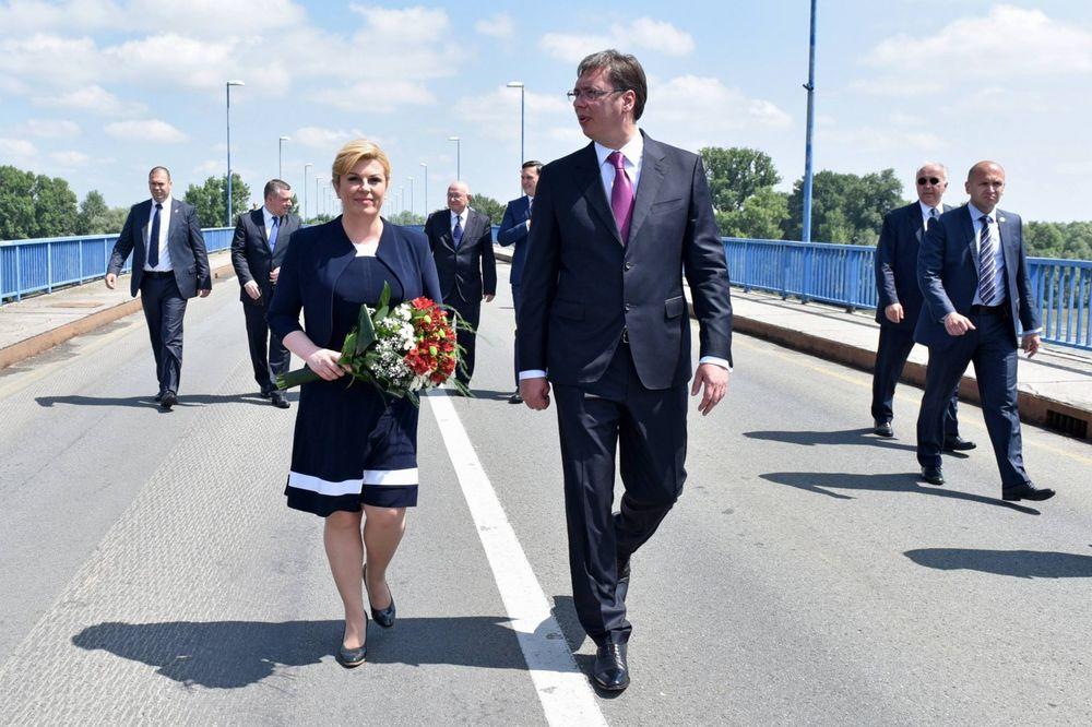 (FOTO) SIMBOLIČNI SUSRET NA MOSTU: Vučić Kolindi poklonio buket cveća