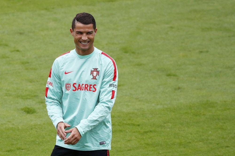 (VIDEO) NOVINAR RAZBESNEO KRISTIJANA: Ronaldo mu oteo mikrofon i bacio ga u jezero!