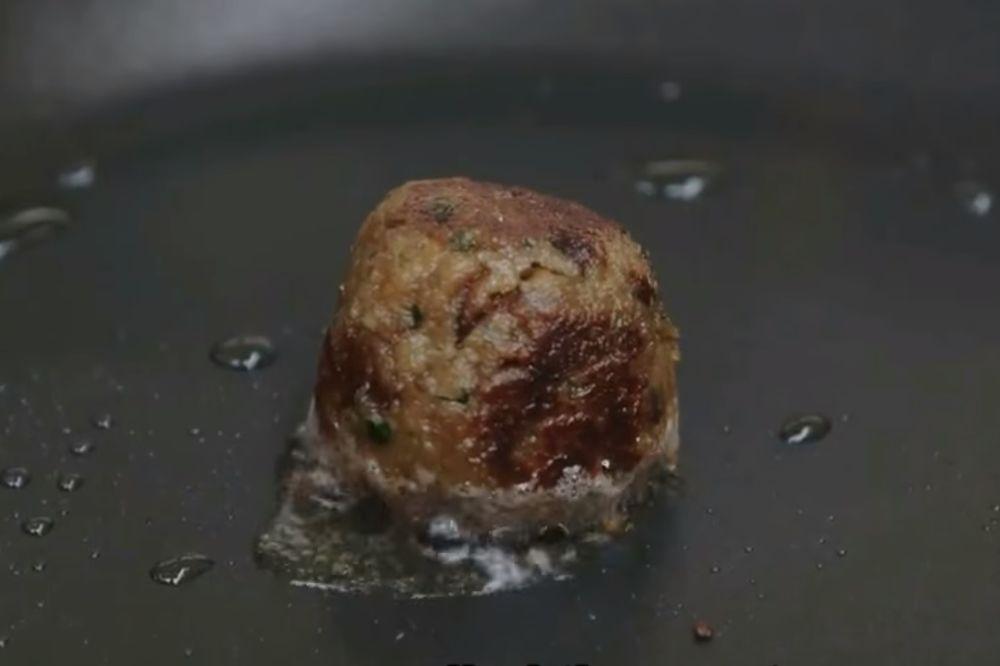 (VIDEO) LAŽNA GOVEDINA: Naučnici uzgojili prvo veštačko meso... Da li biste ga probali?