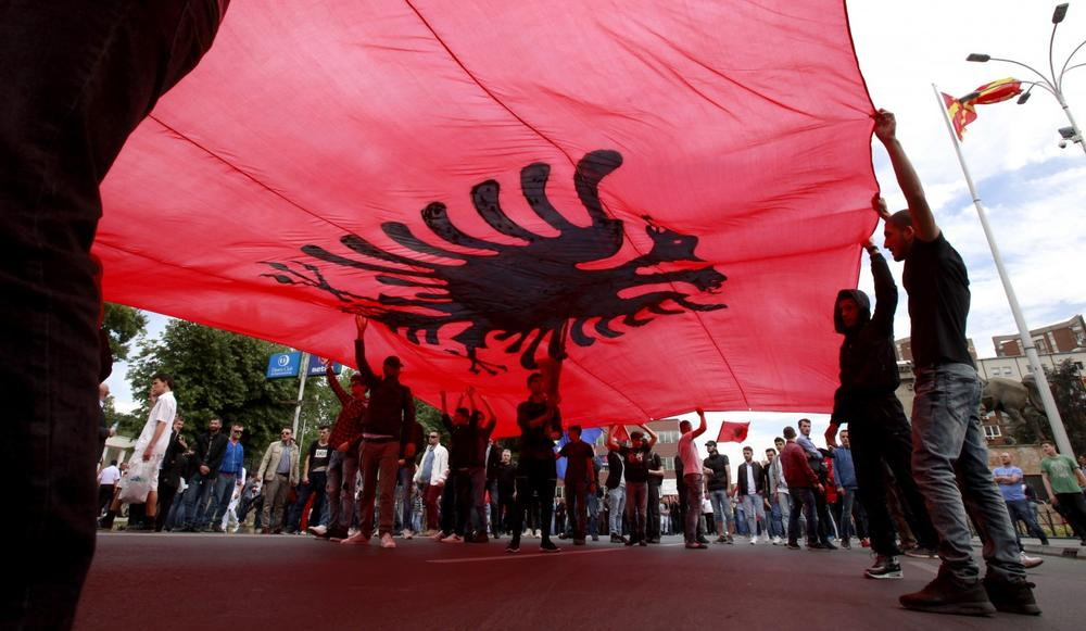 Skandal na godišnjicu bombardovanja BEZOBZIRNA PROVOKACIJA U NOVOM SADU: Raširili albansku zastavu na mostu, gde je NATO ubio mladog Olega Nasova 29 , prvu žrtvu agresije! 11 1.2k