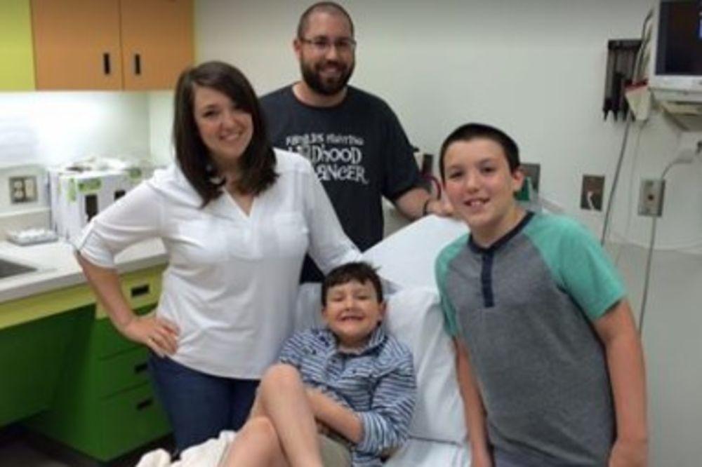 NAJEMOTIVNIJI TRENUTAK IKADA SNIMLJEN: Momenat kada majka govori svom dečaku da je pobedio rak!