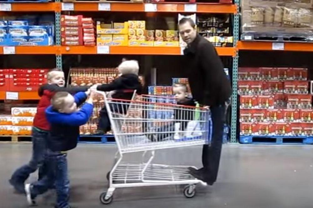 (VIDEO) OTKAČENI TATA: Drugi kukaju kad čuvaju jedno, a on pod kontrolom drži 5 mališana!