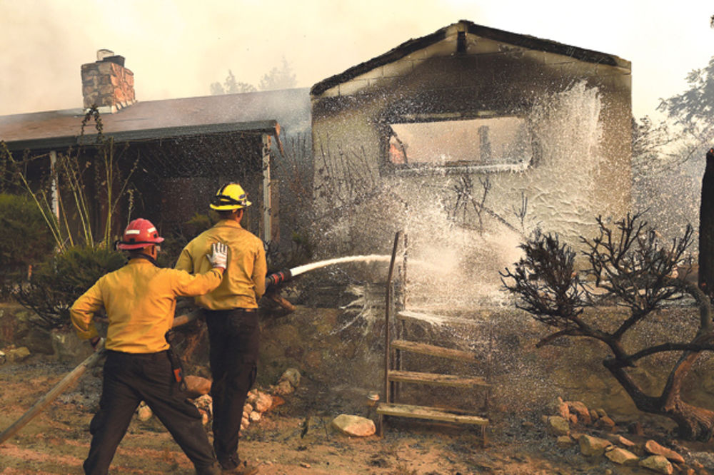 VELIKO NEVREME U SAD: Požar i poplave ubili 28 ljudi!