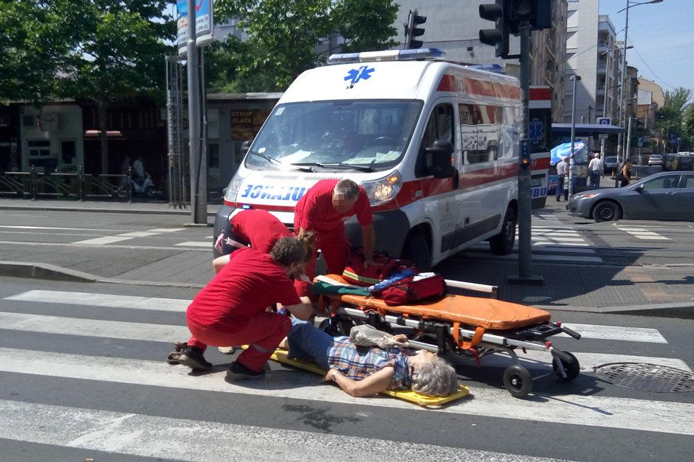 PRELAZILA NA CRVENO, PA JE UDARIO AUTO: Žena (70) teško povređena u udesu u centru Beograda