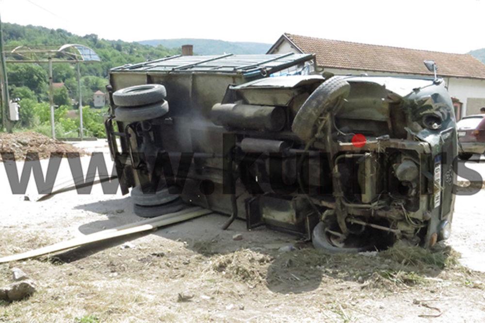 HAOS NA AUTO-PUTU PIROT-NIŠ: Prevrnuo se kamion pun migranata, vozač u bekstvu!