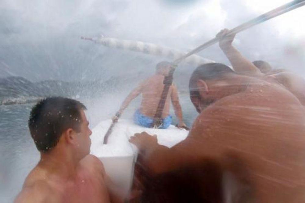 (VIDEO) DRAMA NA MORU: Mladi Barani čamcem krenuli na kupanje, a onda ih je zahvatila oluja!