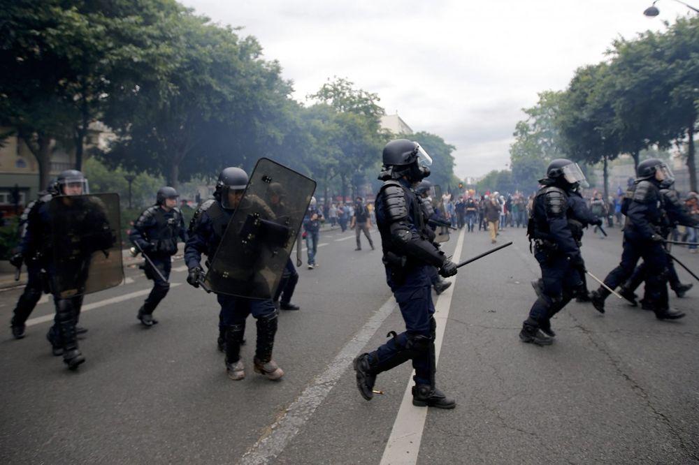 (VIDEO) PONOVO NEREDI U FRANCUSKOJ: Privedeno 38 demonstranata, policija upotrebila suzavac
