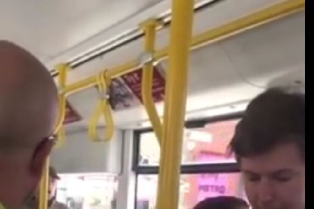 BAHATO PONAŠANJE BRITANSKIH TINEJDŽERA: Napali crnca u tramvaju i rekli mu da se vrati u Afriku
