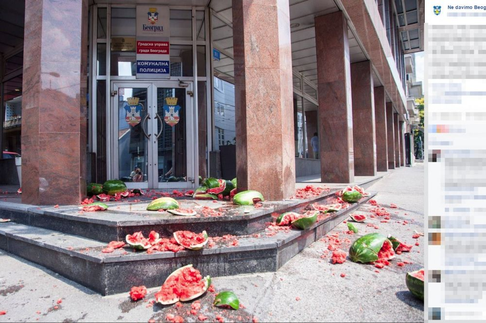 (FOTO) BESNI ZBOG SMRTI PRODAVCA NA VIDIKOVCU: Građani lubenicama gađali komunalce!
