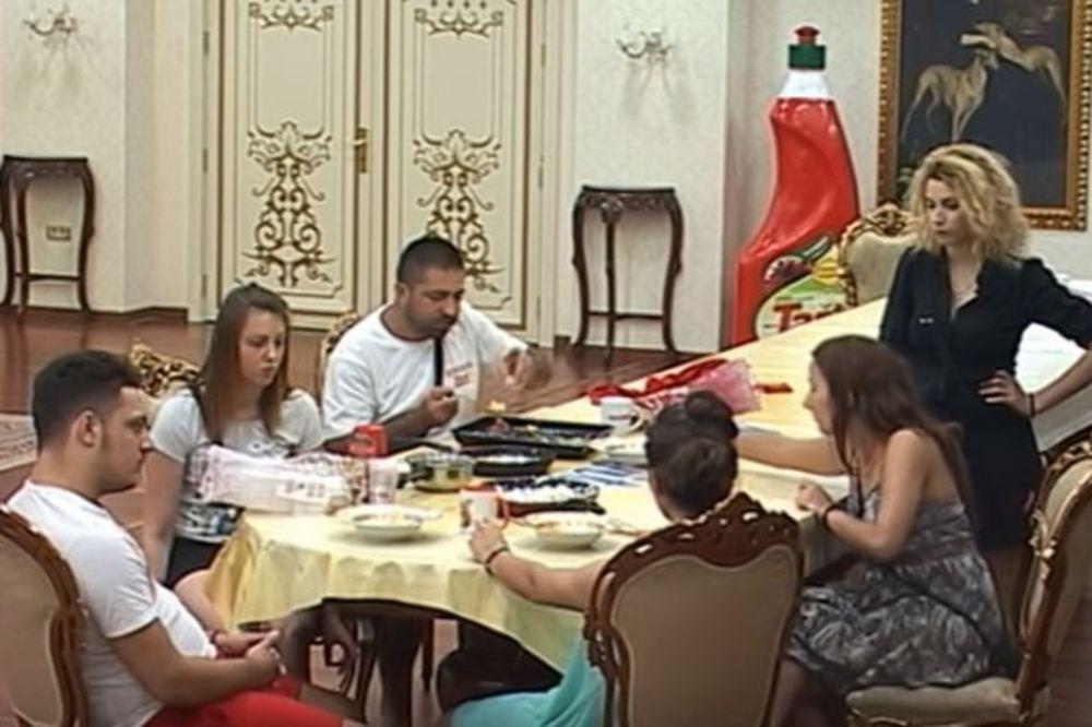OBEZBEĐENJE MORALO DA INTERVENIŠE: Kamenovana vila Parova!
