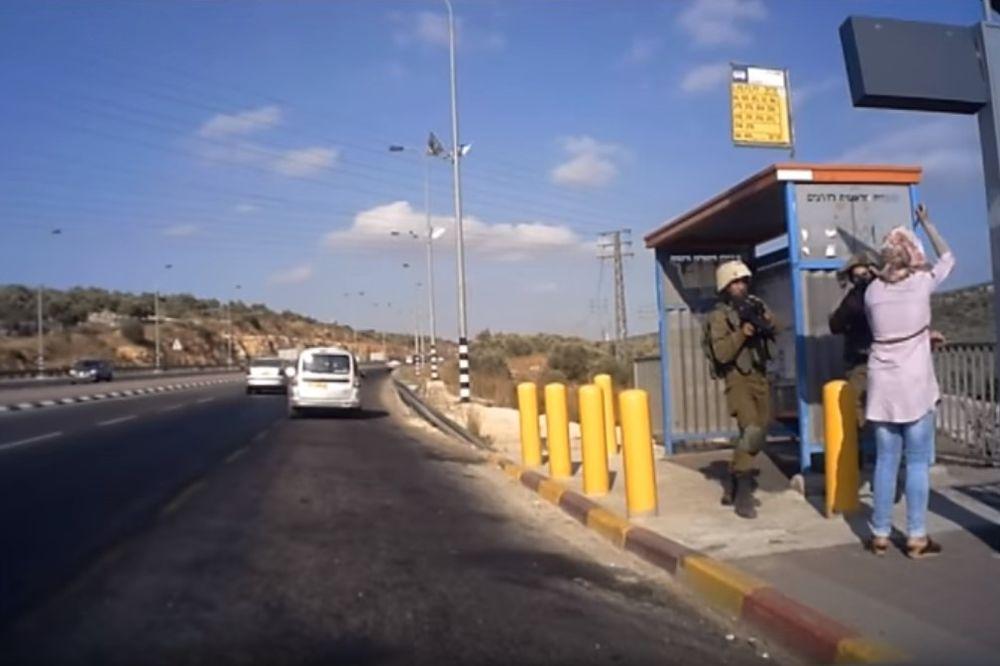 (VIDEO) INCIDENT NA ZAPADNOJ OBALI: Izraelski vojnici pucali u Palestinku koja ih je napala nožem