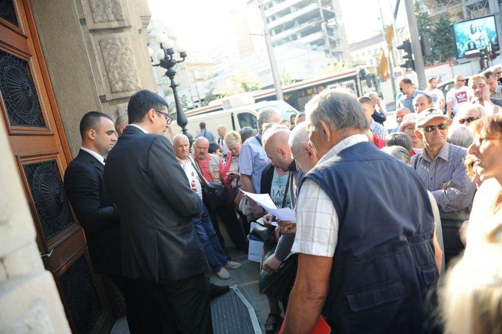 (KURIR TV) 5.000 LJUDI ČEKA PRED VUČIĆEVIM VRATIMA: Ovako je bilo jutros ispred Vlade Srbije