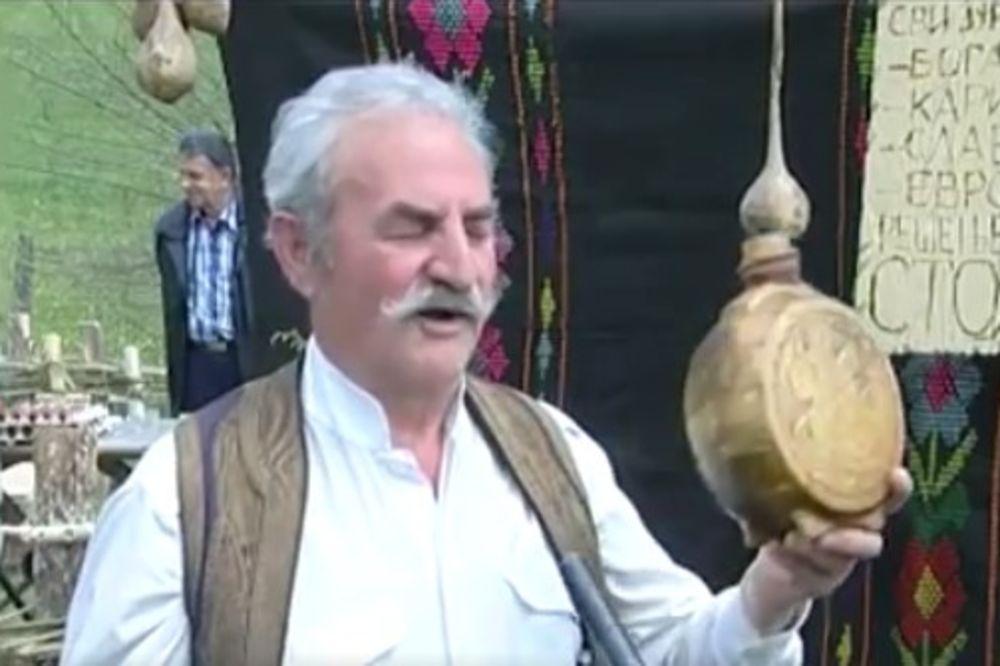 (VIDEO) NIJE NI ČUDO ŠTO STRANCI ODLEPE KAD JE PROBAJU Evo kako je srpski domaćin odao počast rakiji