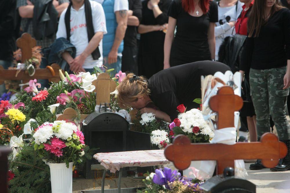 TRI MESECA OD UBISTVA PEVAČICE: Muž i majka odneli ivanjsko cveće na Jelenin grob