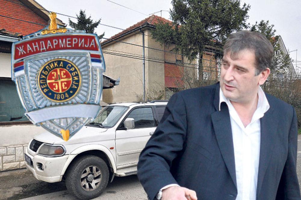 ČUMETOV DRUG VOZI DŽIP SA ROTACIJOM: Stakleni dobio značku policije?!