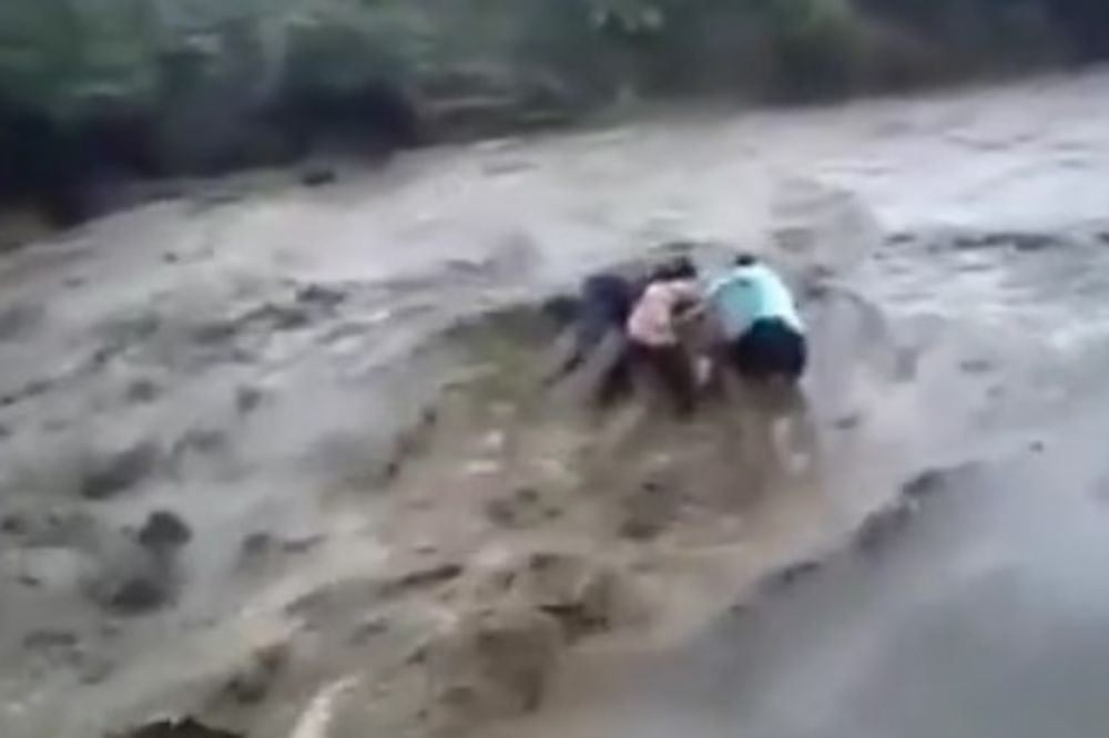 (VIDEO) NABUJALA REKA IH ODNELA U SMRT: Iznenadna bujica petoro ljudi gurnula niz vodopad
