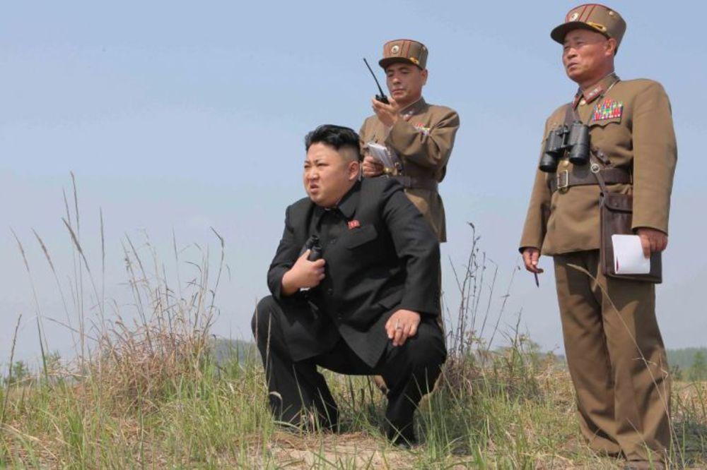 KIM DŽON UN POTPUNO VAN KONTROLE: Razneo visokog zvaničnika raketama jer je zadremao na sastanku!