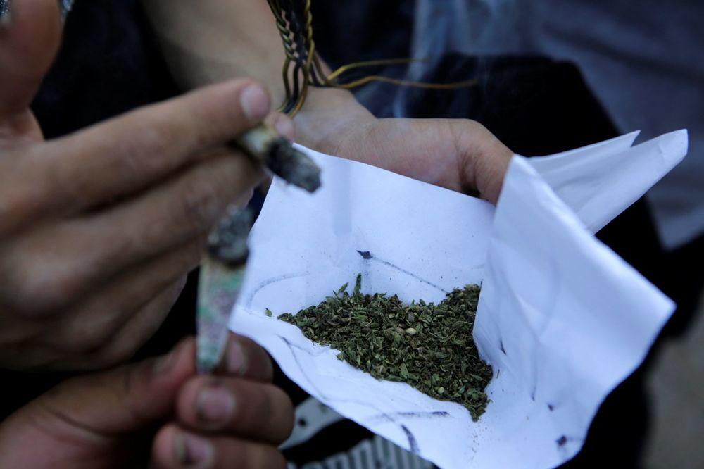 (UZNEMIRUJUĆI VIDEO) ZOMBI DROGA HARA NJUJORKOM: 33 narkomana srušila se nasred ulice nakon uzimanja