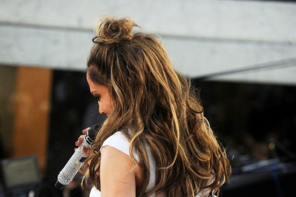 (FOTO) KIPI NA SVE STRANE: Poznata pevačica obukla pantalone u kojima ne može da se diše