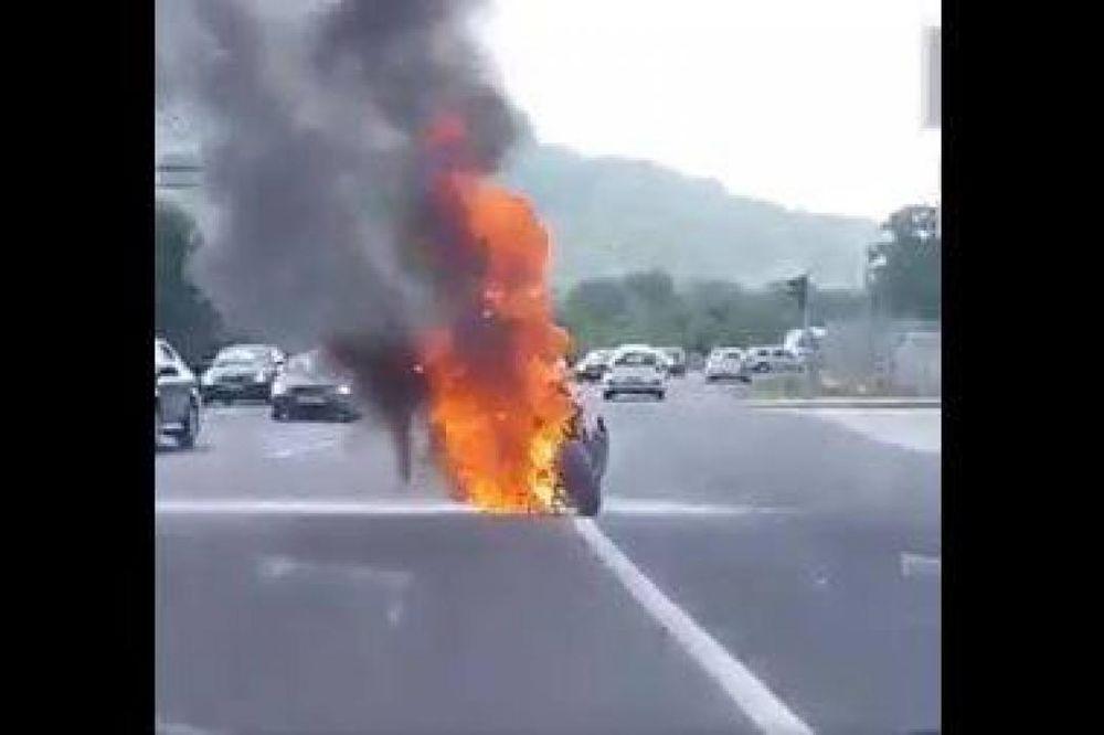 (VIDEO) UŽAS U SARAJEVU: Motociklista se zapalio u toku vožnje!