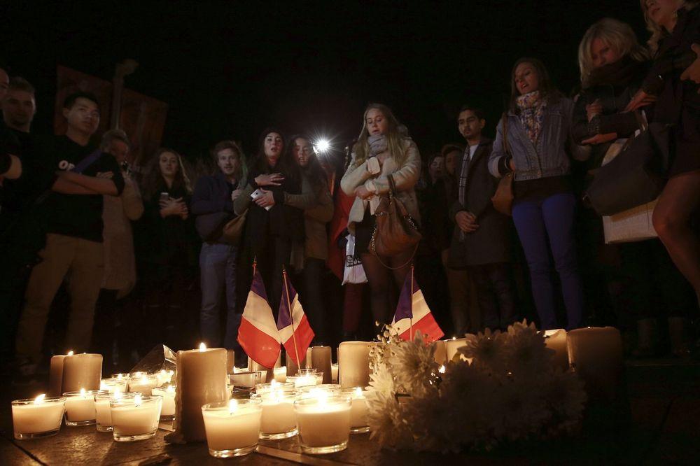 Građani odaju počast žrtvama u Nici, Foto: AP