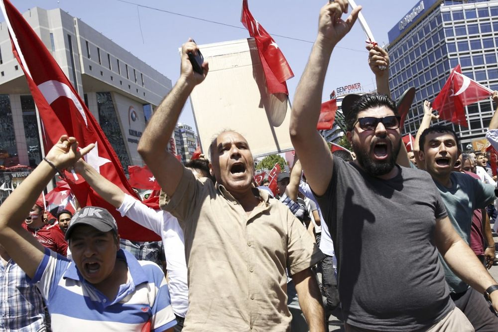 TURSKA NASTAVLJA ODMAZDU: Privedeno više od 18.000 ljudi, poništeno 50.000 pasoša