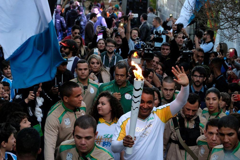 (VIDEO) INCIDENTI NA ULICAMA BRAZILA: Nezadovoljni građanin pokušao da ugasi olimpijski plamen