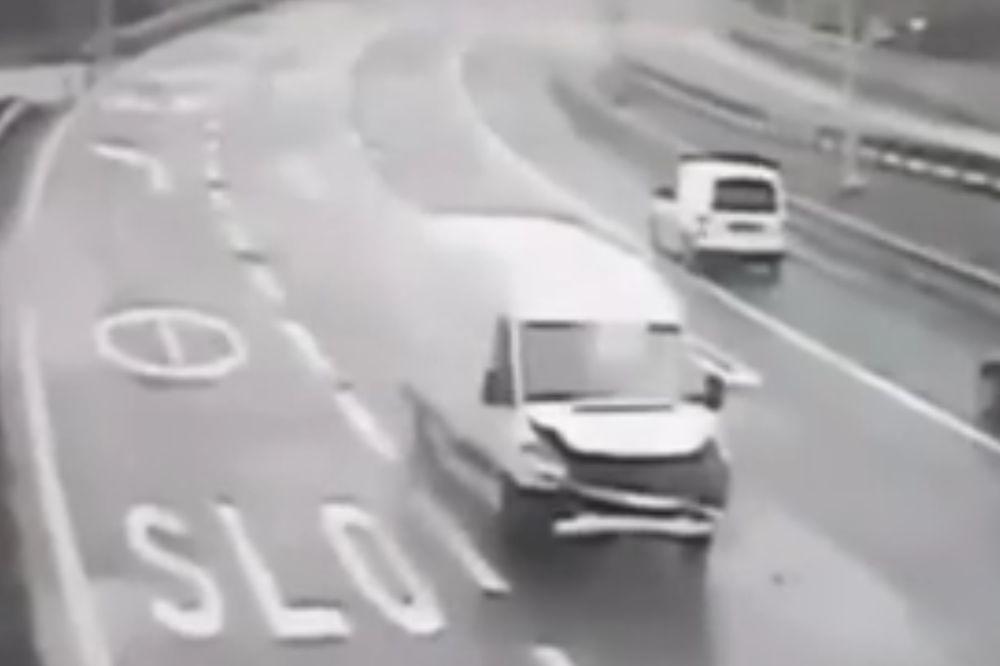 (VIDEO) KLOVNOVSKI KOMBI: Nećete verovati svojim očima kad vidite ovaj sudar