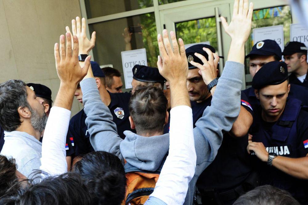 (VIDEO) HAOS ISPRED SKUPŠTINE BEOGRADA: Pogledajte žestok sukob demonstranata i policije