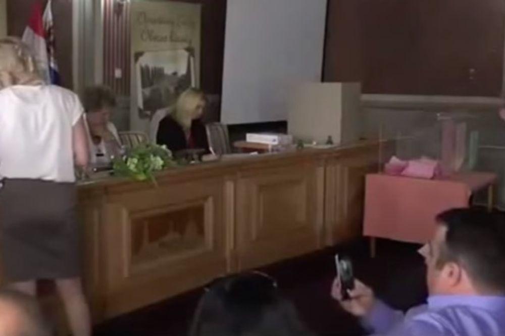 (VIDEO) O OVOME CEO BEČEJ PRIČA: Da li su opštinski funkcioneri slikali zadnjicu sekretarice?!
