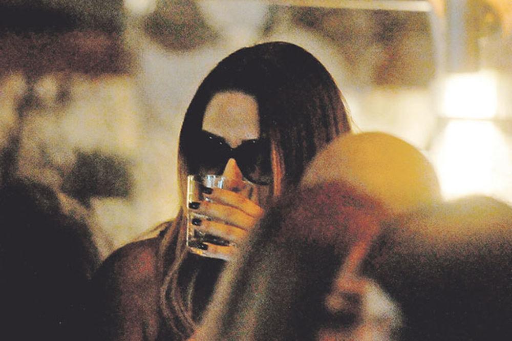 (KURIR TV) NIKOLIĆKA SE U BUDVI ODVALILA OD ALKOHOLA: Pijana ne zna za sebe!