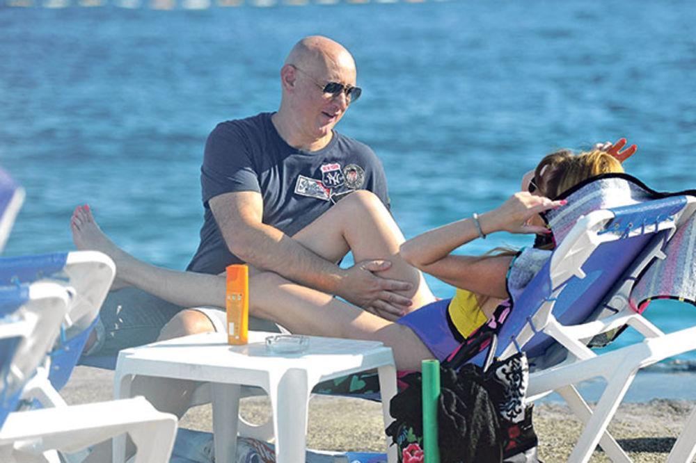 (KURIR TV) VIKI SE PONAŠA KAO TINEJDŽERKA: Pevačica se dohvatila s mužem na plaži!