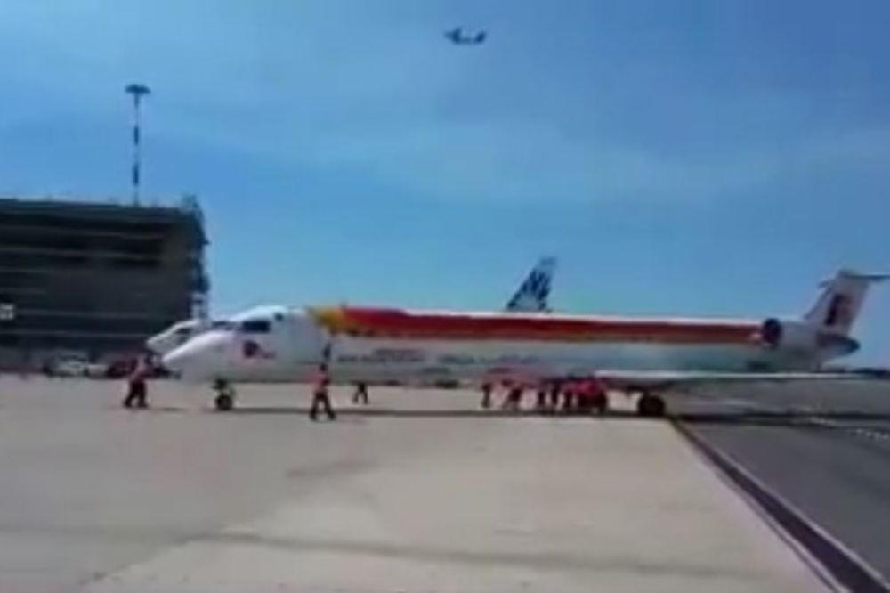 (VIDEO) BIZARNA SCENA: Aerodromski radnici pogurali 36 tona težak avion do piste