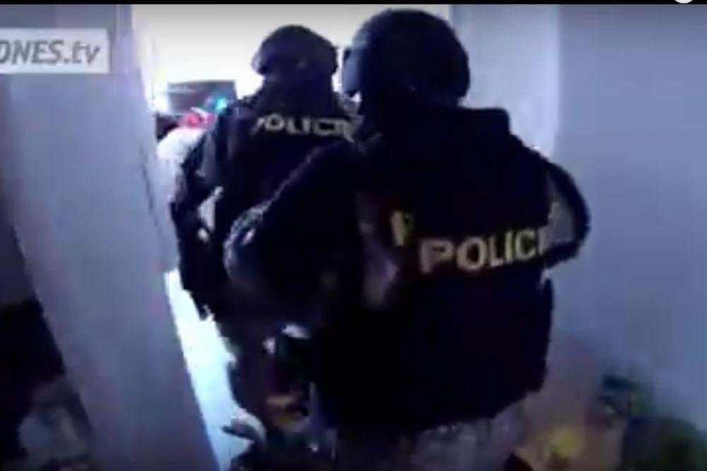 POGLEDAJTE HAPŠENJE SRBINA ZBOG 3,5 TONA DROGE: Češki specijalci upali u kuću! (VIDEO)