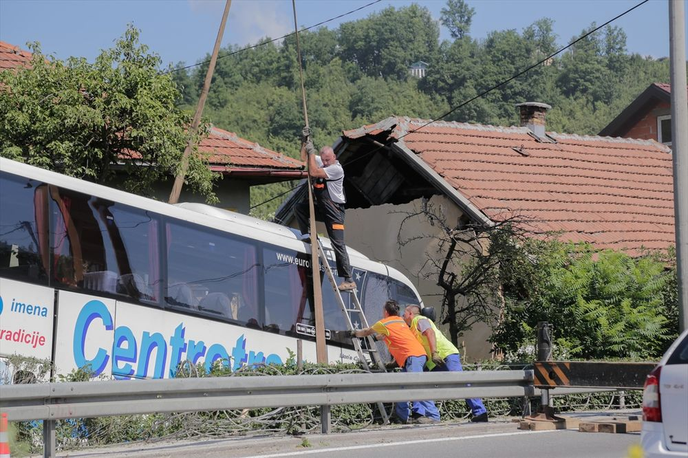 SAOBRAĆAJNA NESREĆA KOD SARAJEVA: Autobus sleteo sa puta i udario u kuću, 11 ljudi povređeno