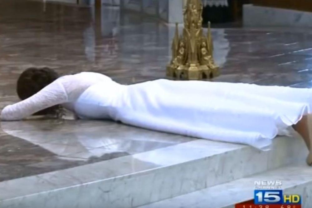 (VIDEO) Mlada je usred venčanja legla na pod, a kad vidite ko je mladoženja, sve će vam biti jasno!