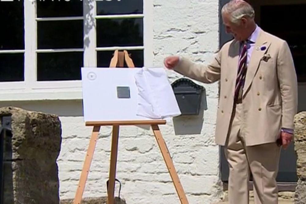 (VIDEO) BLAM UŽIVO: Princ Čarls oborio ploču kada je trebalo svečano da je otkrije