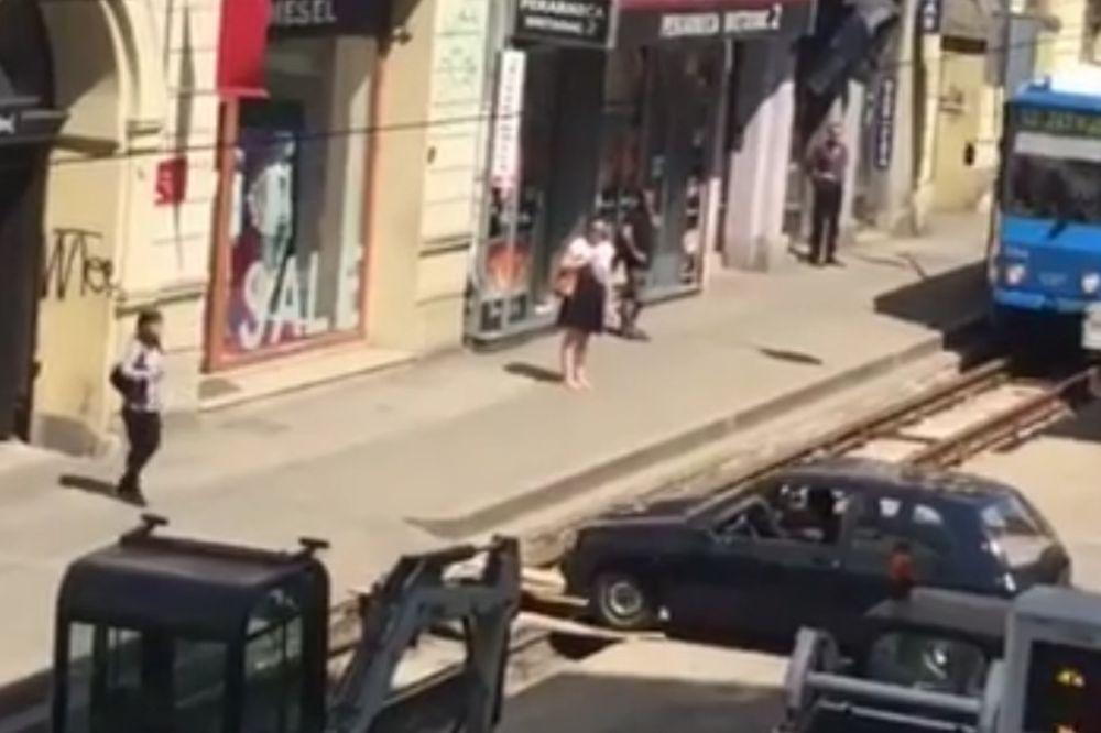 (HAOS) NAPRAVIO HAOS U SAOBRAĆAJU: Ovako je jedan vozač pokušavao da uđe u svoje dvorište