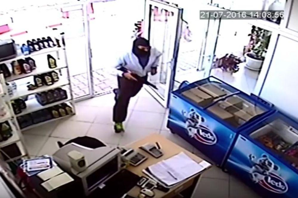 (VIDEO) FILMSKA PLJAČKA U ŠILOVU: Upali sa puškama i otimali pare, ovako su im se meštani osvetili!