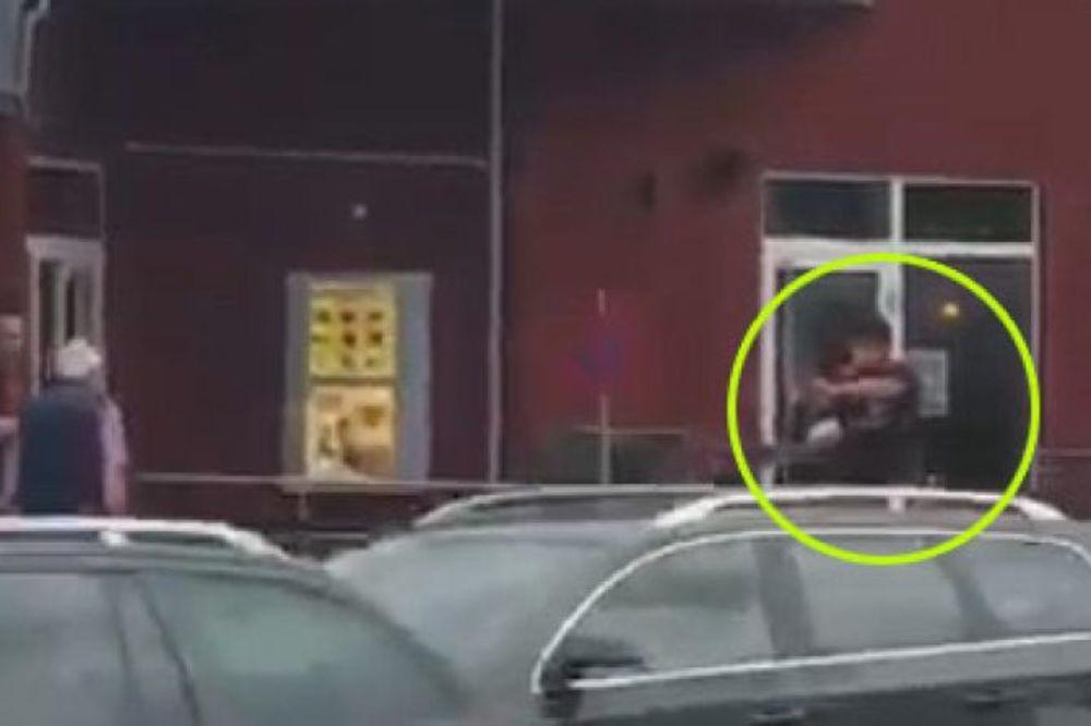 (VIDEO) NAJJEZIVIJI SNIMAK IZ MINHENA: Terorista vadi oružje i puca na koga stigne