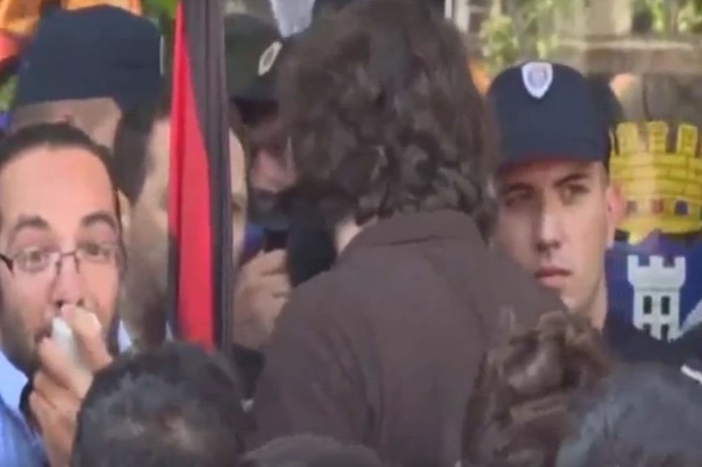 (VIDEO) DEMONSTRANT NA MEGAFON: Razbili smo nos policajcu!