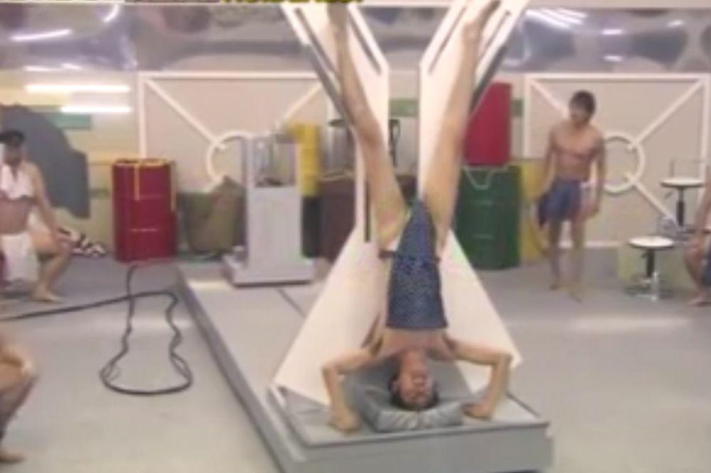 (VIDEO) ČELIČENJE PENISA: Oni na ovaj način isprobavaju ko je najviše muško
