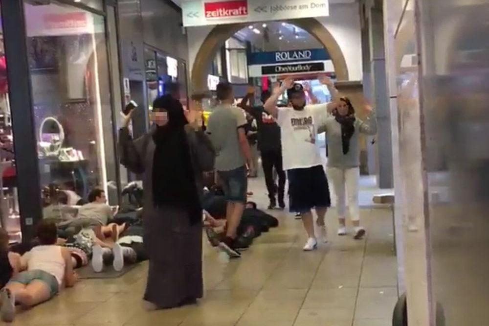 (VIDEO) MUSLIMANKA SKINULA MARAMU S LICA DA I NJU NE UBIJU: Spasavala živu glavu u Minhenu