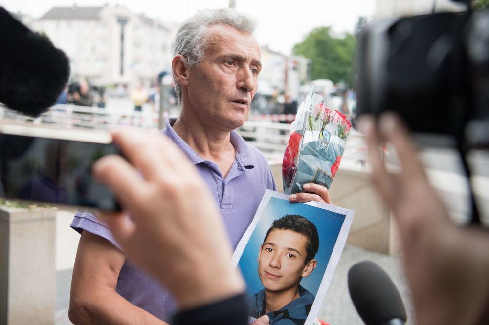 SVET OBIŠLA FOTOGRAFIJA NEUTEŠNOG OCA: Nosio sliku sina stradalog u Minhenu
